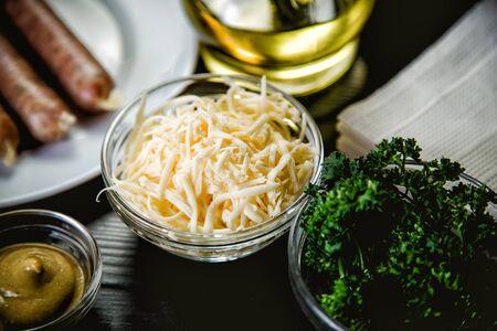 queso rayado: queso rallado, los ingredientes para los platos Foto de archivo
