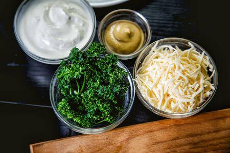 queso rallado: queso rallado, los ingredientes para los platos Foto de archivo