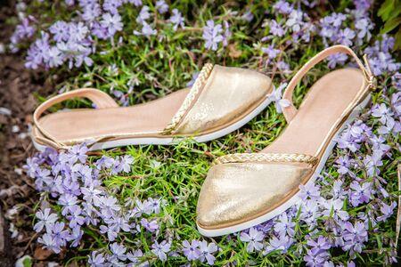 sandalias: sandalias de las mujeres de oro con flores