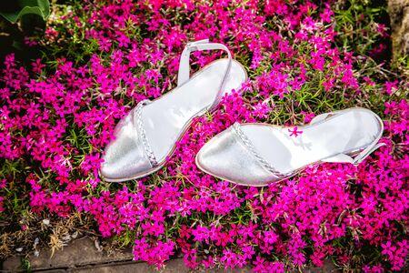 sandalias: sandalias de plata, zapatos italianos de las mujeres