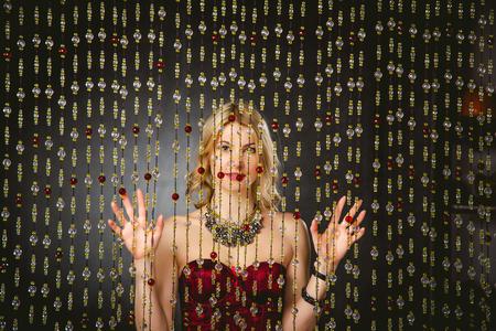 traje de gala: photography chica de moda en un vestido de noche color carmes� Foto de archivo