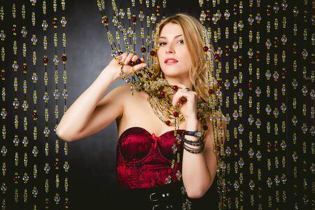 vestido de noche: photography chica de moda en un vestido de noche color carmes� Foto de archivo