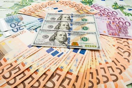 dolar: papel moneda euro y dolar. fondo de los billetes para el protector de pantalla en el monitor. Foto de archivo