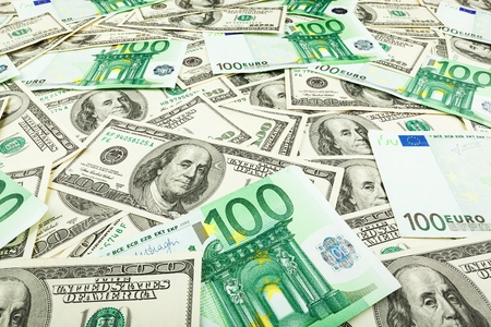 dolar: Papel moneda euro y dolar. fondo de los billetes para el protector de pantalla en el monitor.