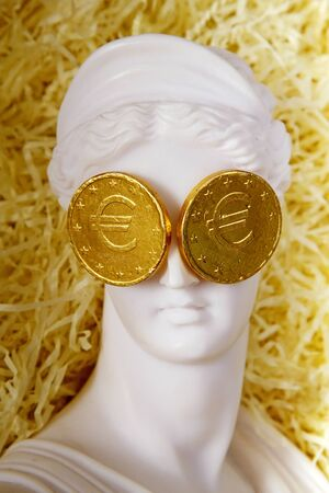 diosa griega: La diosa griega Afrodita con las monedas de euro en los ojos Foto de archivo