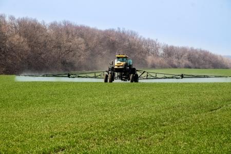 pulverizador: Maquinaria agrícola rociar los cultivos con pesticidas en primavera