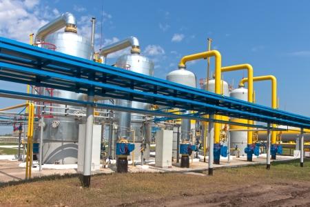 kraftwerk: Gas-Verdichterstation in der Ukraine im sonnigen Sommertag Lizenzfreie Bilder