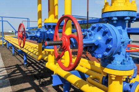 red tube: Grifo rojo con tubo de acero en planta de tratamiento de gas natural en el d�a soleado de verano brillante