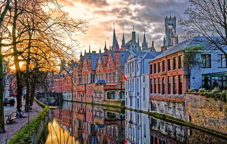Kanałów Brugii (Brugge), Belgia. Zimowy wieczór widok. Zdjęcie Seryjne