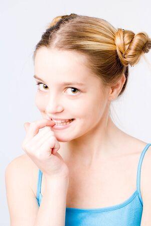 Quicklebendige Pretty Girl portraut auf weißem Hintergrund  Standard-Bild - 3340888