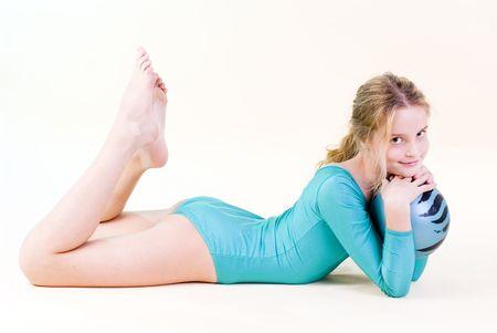 scalzo ragazze: Ragazza in blu con palla gymnastyc  Archivio Fotografico