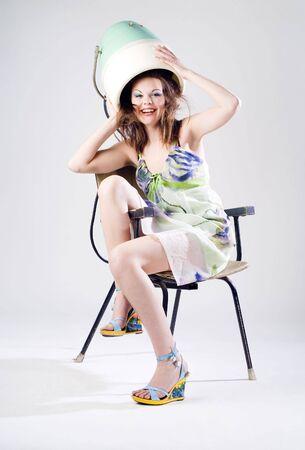 Ausdrucksstarke Pretty Girl im Kleid mit Föhn  Standard-Bild - 3387495