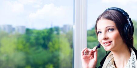Ein Foto der jungen schönen sprechen eine Telefonverbindung  Standard-Bild - 3415303