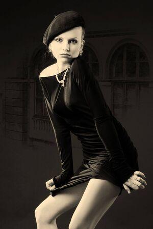 Schöne junge Retro-Dame in schwarz stehend in verführerische Pose  Standard-Bild - 3550976