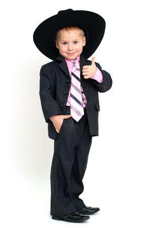 Kleine lächelnde Junge hat in großen Gesten OK Standard-Bild - 4279640