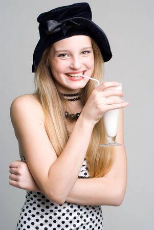 Laughing Mädchen mit einem Glas Milch Cocktail Porträt Standard-Bild - 4603969