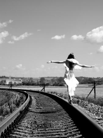 jolie fille: Jolie fille en �quilibre sur la voie ferr�e Banque d'images