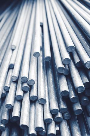 rejas de hierro: Pila de barras metálicas industriales