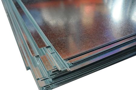 Gefaltete Stapel von metallisch glänzenden Blätter Nahaufnahme auf weißem Hintergrund Standard-Bild - 57231723