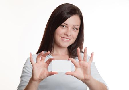 Hübsches Mädchen, das leeren weißen Visitenkarte Standard-Bild - 57956920