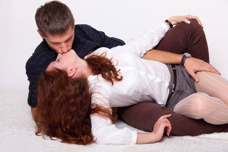 mujer joven bes�ndose con su novio. estudio de disparo. Foto de archivo - 11183897