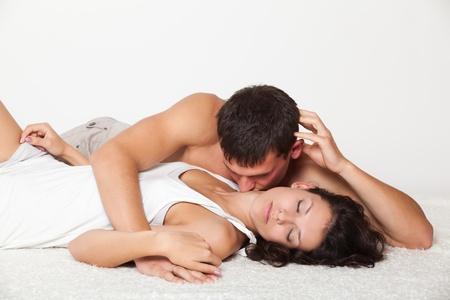 romantico: hombre, mujer joven que besa en el cuello