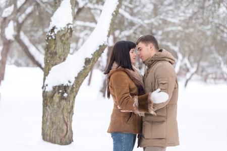 femme romantique: Belle jeune couple dans le parc d'hiver. Famille en plein air.