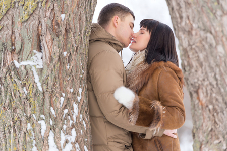 pareja abrazada: Pares que se besan en invierno. Retrato al aire libre Foto de archivo