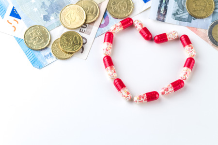 Medizinische Kapseln Geld Und Münzen Auf Einem Weißen Hintergrund