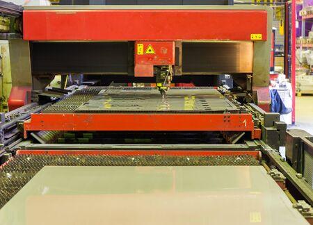 corte laser: m�quina de corte durante la operaci�n con l�ser