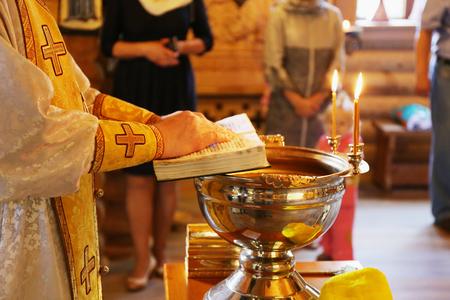 sotana: sacerdote lee la oraci�n cerca de la pila bautismal durante el bautismo bautismo, bautizo, la Epifan�a