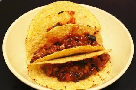 plato de comida: tacos con carne de vacuno en un plato