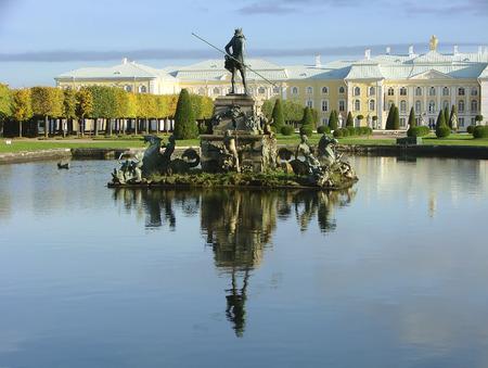 "neptuno: fuente ""Neptuno"". Peterhof. Rusia."