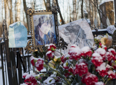 coi: At the grave of Victor Tsoi. St. Petersburg