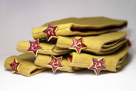 Stack of military caps of the Soviet army with red stars. On the stars a sickle and a hammer. Concept for the Day of the defender of the fatherland, Father`s day and May 9 Victory Day. 版權商用圖片 - 142165846