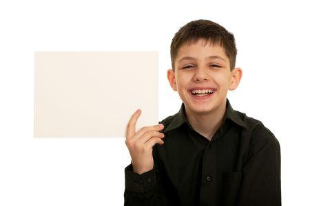 foglio bianco: Un ragazzo in camicia nera � in possesso di un foglio di carta bianca in mano; isolato su sfondo bianco