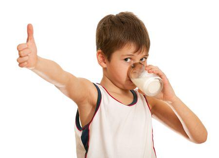 verre de lait: Un gar�on boire du lait est montrant son tumb isol� sur le fond blanc