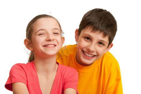 pareja de adolescentes: Un ni�o y una ni�a se r�en; aislado en el fondo blanco