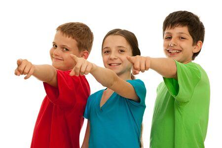 ragazza che indica: Tre ragazzi felici puntano in avanti; isolato su sfondo bianco