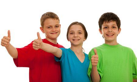 ni�os riendo: Tres ni�os felices est�n retrasando sus pulgares; aislado en el fondo blanco