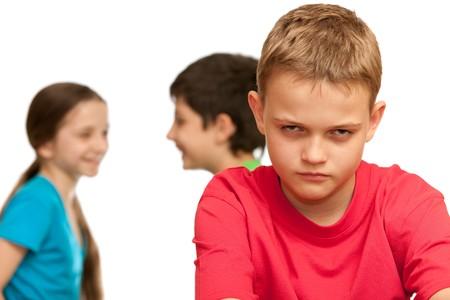 bambini tristi: Un ragazzo triste � deluso perch� del triangolo amore; isolato su sfondo bianco