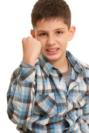 ni�os malos: Un ni�o enojado est� demostrando su pu�o; aislado en el fondo blanco
