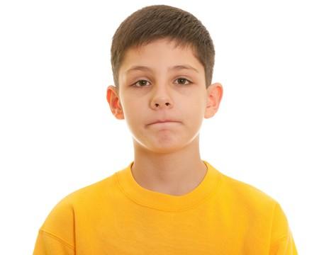 mirada triste: Un retrato de portarretrato de un muchacho triste con labios apretados; aislado en el fondo blanco