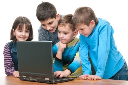 ni�os jugando en la escuela: Cuatro hijos estudian la posibilidad de utilizar un ordenador port�til; aislado en el fondo blanco
