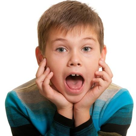 boca abierta: Un cierre hasta el retrato de un ni�o guapo en una camisa casual con la boca abierta; aislado en el fondo blanco