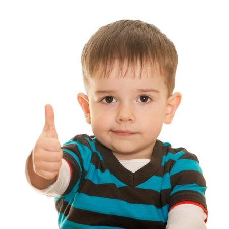 kinder: Un retrato de detalle de un chico alegre sosteniendo su pulgar; aislado en el fondo blanco