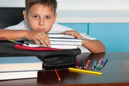 ni�os tristes: Un muchacho triste est� sentado en el escritorio