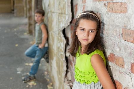 bambini pensierosi: Ragazza e ragazzo con difficolt� di relazione