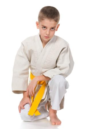 judo: Un retrato de un niño en el kimono; aislado en el fondo blanco