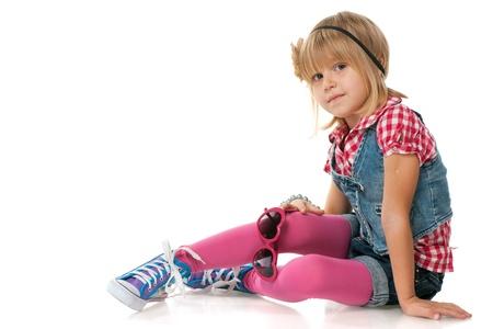 niños sentados: Un retrato de una chica de moda bonita, aislada en el fondo blanco Foto de archivo